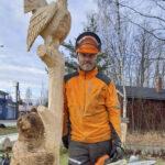 Jarmo Koivisto veisti mäntypuille uuden elämän moottorisahalla – pälkäneläispihaa koristavat nyt karhu-, metso- ja huuhkajaveistokset