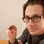 """Juha Rauhamäki löysi maahan hautautuneina pesetan, frangin, pennejä ja algerialaisen kolikon – """"miten ihmeessä ne Pälkäneelle ja uimarannalle ovat päätyneet?"""""""
