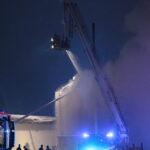 Lämpökeskuksen tulipalo saataneen hallintaan kymmeneen mennessä – liekit huomannut ohikulkija hälytti palokunnan paikalle