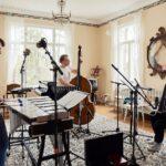 Vibrafoni, harmonikka ja kontrabasso soivat akustisesti
