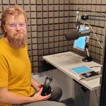 Tuttu kaveri pehmustetusta kopista – kymmenien äänikirjojen lukija Markus Niemi tutustuu teokseen yhtä matkaa lukijan kanssa