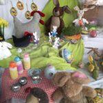 Iloisissa kevään väreissä hehkuva pääsiäisikkuna ilahduttaa Aitoossa