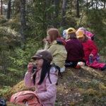 Aamupalaretki metsän siimeksessä järvimaisemin – Aitoon koulun 3–4-luokkalaiset kertovat, mikä luonnossa on parasta