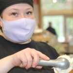Tredun opiskelijat toteuttivat Vehoniemen automuseolle oman nimikkojäätelön – jäätelössä maistuu valkosuklaa ja päärynä