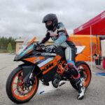 Moottoripyörät yhdistävät isää ja tytärtä – Elli Eronen osallistuu heinäkuussa ensimmäiseen kilpailuunsa