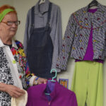 Kivitysasusta reilauspuvustoon: retronäyttely avaa aikaikkunan hippiajan ja 70-luvun pukeutumiseen