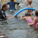 Vessanpönttöhippaa ja aarteensukellusta – Onkkaalassa uimakoululaiset saivat jo todistukset