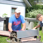 Mattopyykki kuuluu kesän kohokohtiin – Pasi Virolainen vanhempineen nauttii kesäisistä matonpesureissuista
