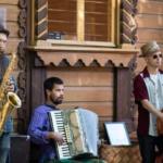 Akustista tanssimusiikkia, kelttiharpun helähdyksiä ja Ann Mortifeetä suomeksi – Mikkolan elokuisissa illoissa soi monenlainen musiikki