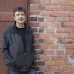 Kirjallisuus- ja musiikki-ilta Pälkäneen kirjastolla – Mauri Nest kertoo musiikin lomassa esikoisdekkaristaan